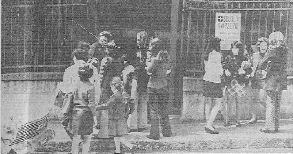 Insegnanti e studenti di fronte all'ingresso della Scuola Svizzera, la scuola frequentata da Milena