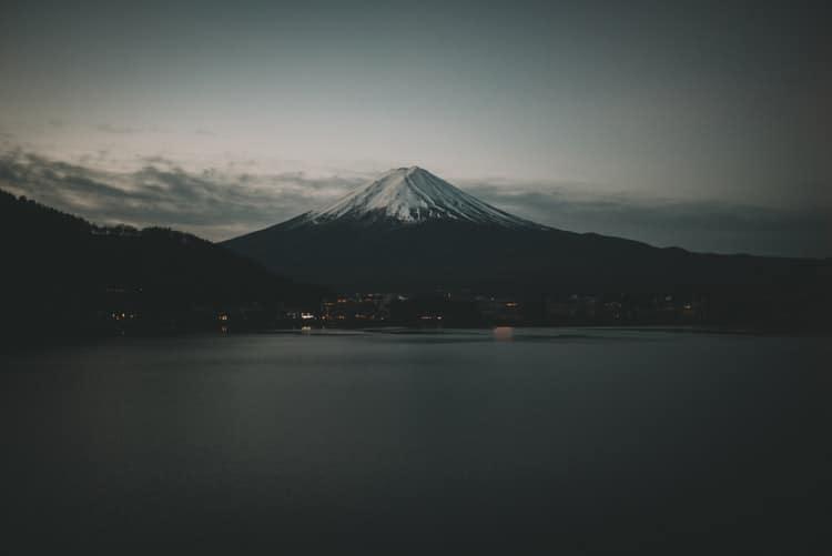ambientazioni giapponesi-Monte Fuji-Giappone-Tokyo Express-Recensione-Magazine Biondino della Spider Rossa - ProsMedia - Agenzia Corte&Media – photo by Clay Banks